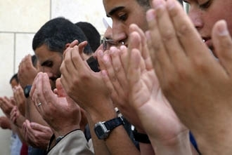 Israeli Arabs pray outside a courtroom where Sheik Ra´ed Salah, the head of the Islamic Movement in Israel, was brought following his arrest on May 13. (Brian Hendler)