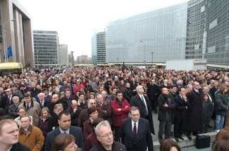 A crowd gathers in Brussels to commemorate the victims of the bombings in Madrid and in solidarity with Spain. (European Community)