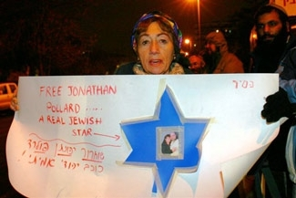 A woman holds up a sign in protest to Jonathan Pollard´s arrest during a rally in Jerusalem on Jan. 22. (Justice for Jonathan Pollard)