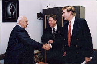 Israeli Prime Minister Ariel Sharon shakes hands with Israel Policy Forum president Seymour Reich, right, in 2002. Also pictured is Richard Heideman, a former president of B´nai Brith International. (Courtesy of IPF )