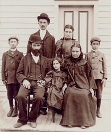 A photo of a family who immigrated to Woodbine, New Jersey, in the 1900s is displayed at ´Greetings from Home: 350 Years of American Jewish Life´ exhibit at the Center for Jewish History in New York City. (Courtesy of the American Jewish Historical Society)