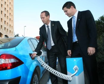 Project Better Place founder Shai Agassi, right, talks with Jerusalem Mayor Nir Barkat about the pioneering electric cars Agassi is introducing to Israel. (Better Place)