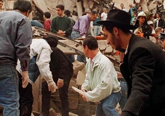 Rescuers sift through the rubble in the aftermath of the July 1994 AMIA Jewish cultural center bombing in Buenos Aires. (DYN/Archivo)