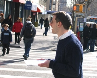 Rabbi Pete Stein calls out to passing New Yorkers on Broadway, asking ´Do you have a minute for the Torah?´ Most stride briskly away, but every few minutes, someone stops to talk or take a flier. (Andy Neusner)