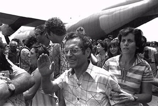 Hostages of an Air France flight return from the Entebbe Airport to Israel after a daring resuce by Israeli forces, July 4, 1976. (Ya´acov Sa´ar/GPO)