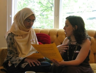 Margie Klein, right, coordinator of Boston´s Kavod Jewish Social Justice House, shares ideas with a representative from the Muslim American Society at an interfaith evening. ()