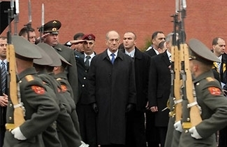 Israeli Prime Minister Ehud Olmert, center, attends a ceremony at the Tomb of the Unknown Soldier in Moscow, Oct. 18.  (Avi Ohayon/GPO)