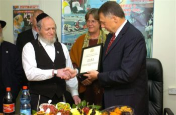 Yehuda Meshi Zahav, chairman of the ZAKA rescue service, receives a certificate of appreciation in 2006 from U.S. Ambassador to Israel Richard Jones.  (Embassy of the United States)