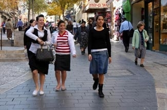 Israeli teens not in school because of a teachers' strike stroll down Ben Yehuda Street in Jerusalem, Dec. 11, 2007. Teachers may have finally reached a deal with the Israeli government. (Brian Hendler)