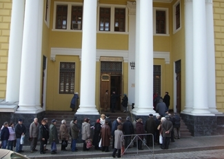 New visa rules governing foreign aid workers in Russia are making it more difficult for Jewish groups to provide for their charges, like these Russian Jews lined up outside the Choral Synagogue in Moscow to receive aid  before a Jewish holiday. (Matt Siegel)