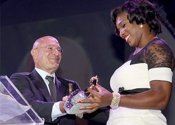 Movie producer Arnon Milchan and tennis star Serena Williams share a light moment at the Israel 60 in Los Angeles that took place Sept. 18, 2008. (AP)