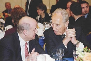 The UJC's new president and CEO, Stephen Hoffman, left, talks with Shimon Peres at the UJC's General Assembly. (Robert A. Cumins)