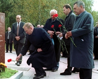 Ukrainian President Kuchma lays a flower during a September 2001 cornerstone ceremony for a new Jewish center at Babi Yar. (JDC)