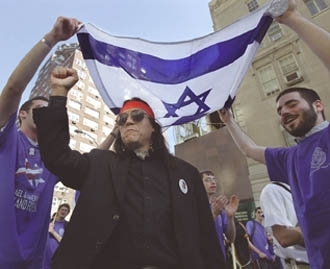 Santos Hawk´s Blood Suarez (in black) takes part in a Rally for Israel parade in New York. (Nancy Wegard)
