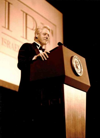 President Bill Clinton speaking at the 2001 Israel Policy Forum dinner, January 2001. (Courtesy IPF)