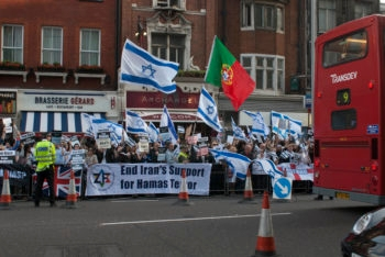 More than 700 people reportedly attended a rally outside the Israeli Embassy of London supporting Israel in the wake of the flotilla incident, June 2, 2010. (Adrian Korsner)