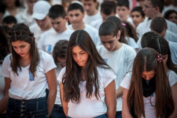 High school students from the Gimnasiya in Jerusalem participate in the ceremony commemorating soldiers killed in the line of duty on Israel's Memorial Day, April 25, 2012.  (Noam Moskowitz/flash90)