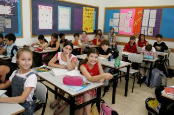 Israeli schoolchildren studying at a Tel Aviv elementary school, 2010.  (Moshe Shai/Flash90)