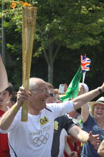 Leslie Lyndon, former cantor of the Masorti New North London Synagogue, carrying the Olympic torch in London, July 25, 2012.  (Ian Ellis)
