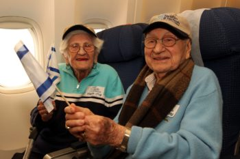 Phillip Grossman, 95, and wife Dorothy, 93, of Baltimore, Md., on a Nefesh B'Nefesh flight to Israel on their way to becoming one of the oldest couples to ever immigrate to Israel, Feb. 14, 2012. (Nefesh B'Nefesh)