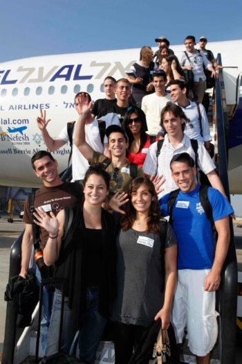 North American immigrants wave as they arrive in Israel on a flight organized by Nefesh B'Nefesh and the Jewish Agency for Israel from New York, July 7, 2009. (Sasson Tiram)