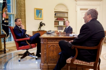 Ron Bloom, center, talks with President Barack Obama and the chairman of his National Economic Council, Lawrence Summers. (White House Photo Office)