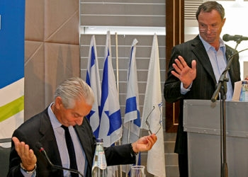 Ze'ev Bielski, the chairman of the Jewish Agency for Israel, speaks at the opening of the organization's Board of Governors meeting in Jerusalem on Nov. 19, 2008. At left is the board's chairman, Richard Pearlstone. (Brian Hendler)