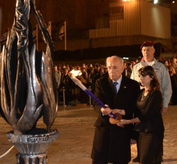 Israeli President Shimon Peres lighting a torch at a ceremony marking Israel Memorial Day at the Western Wall in Jerusalem's Old City, April 14, 2013.  (Mark Neyman/GPO/Flash90)