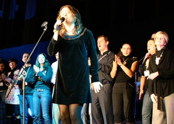 Neshama Carlebach serenades the crowd in her final set as the festivities wind down at Limmud FSU on Oct. 29, 2008. (Grant Slater)