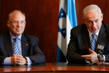 Israeli Prime Minister Benjamin Netanyahu, left, introducing new Bank of Israel Governor Jacob Frenkel at a news conference in the Knesset, June 24, 2013. 9Miriam Alster / Flash90)