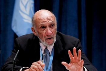 Richard Falk, Special Rapporteur on the situation of human rights in the Palestinian territories, briefing journalists on his work. (UN Photo/JC McIlwaine)