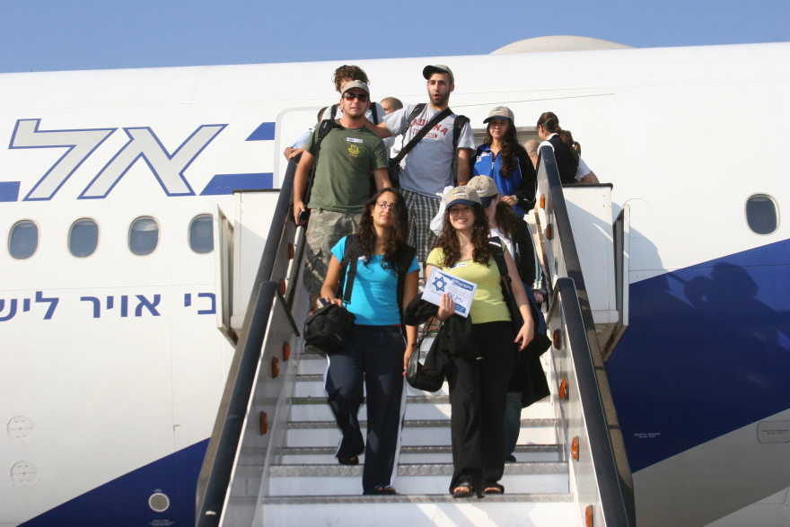 New immigrants to Israel stepping out of the plane at Ben Gurion Airport. (Courtesy Nefesh B'Nefesh)