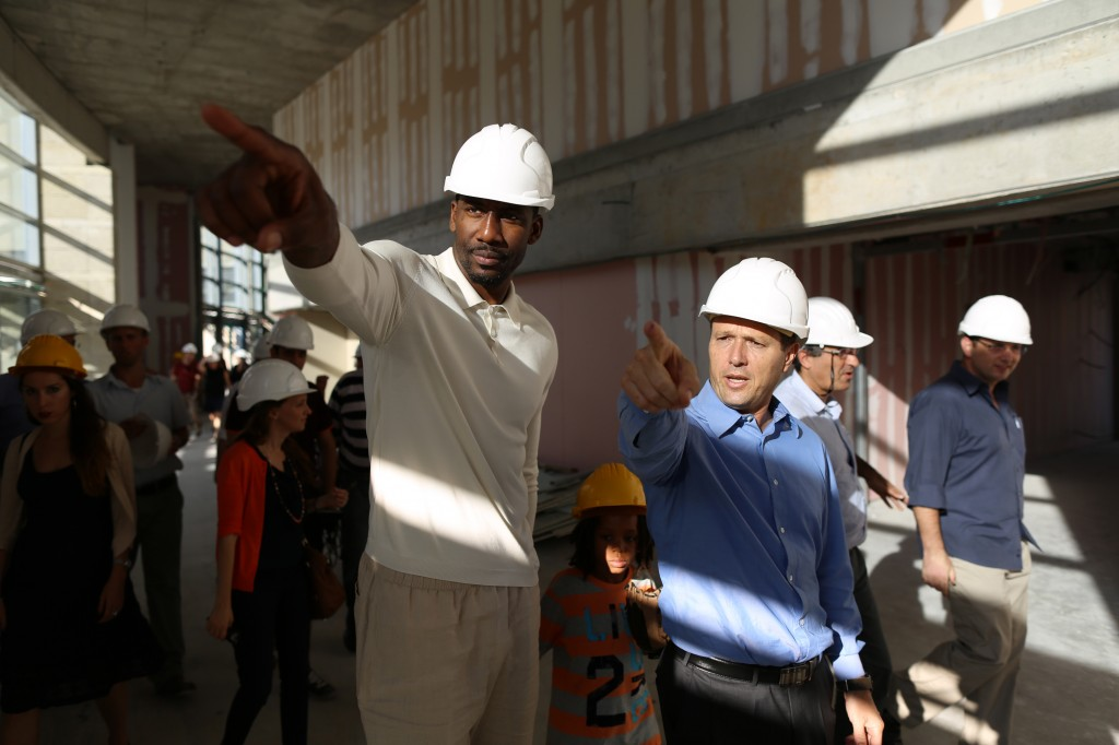 Jerusalem Mayor Nir Barkat visiting the construction site of the city's future Arena Stadium together with New York Knicks star Amar'e Stoudemire, July 22, 2013. (Yonatan Sindel/Flash90)