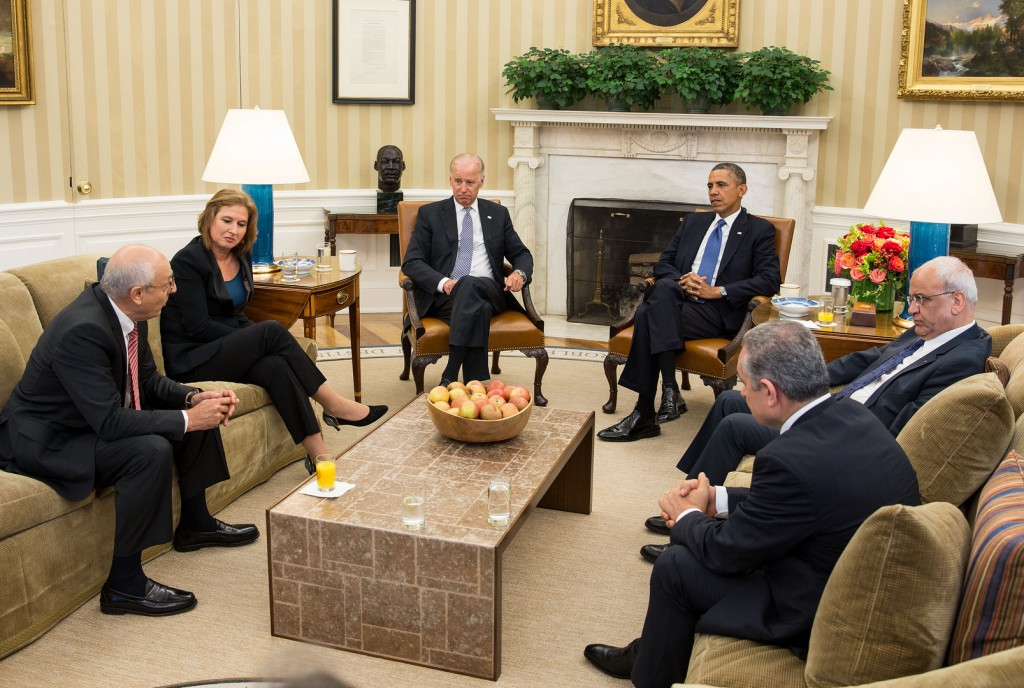 Left to right, Israeli negotiators Yitzhak Molcho and Tzipi Livni, Vice President Joe Biden, President Obama, and Palestinian negotiators Saeb Erekat and Mohammed Shtayyeh at an Oval Office meeting to discuss the formal resumption of direct Israeli-Palestinian negotiations, July 30, 2013. (U.S. State Department)