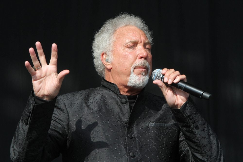 tom jones kiss слушать