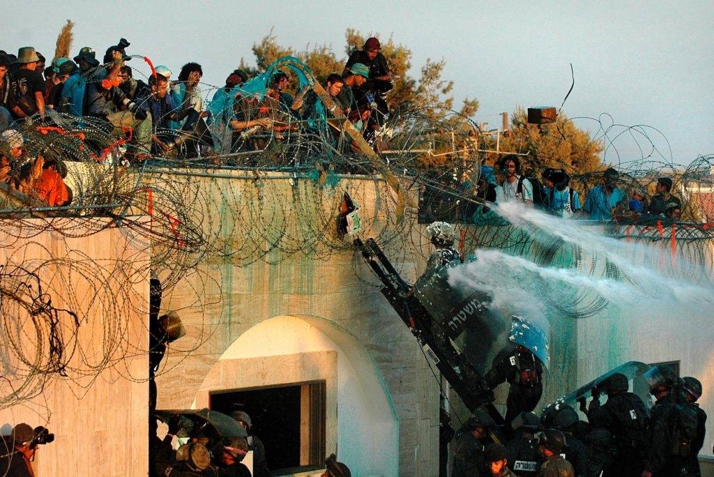 Israeli soldiers trying to evacuate Jewish settlers from the Gaza Strip in 2005. (Yossi Zamir/Flash90)