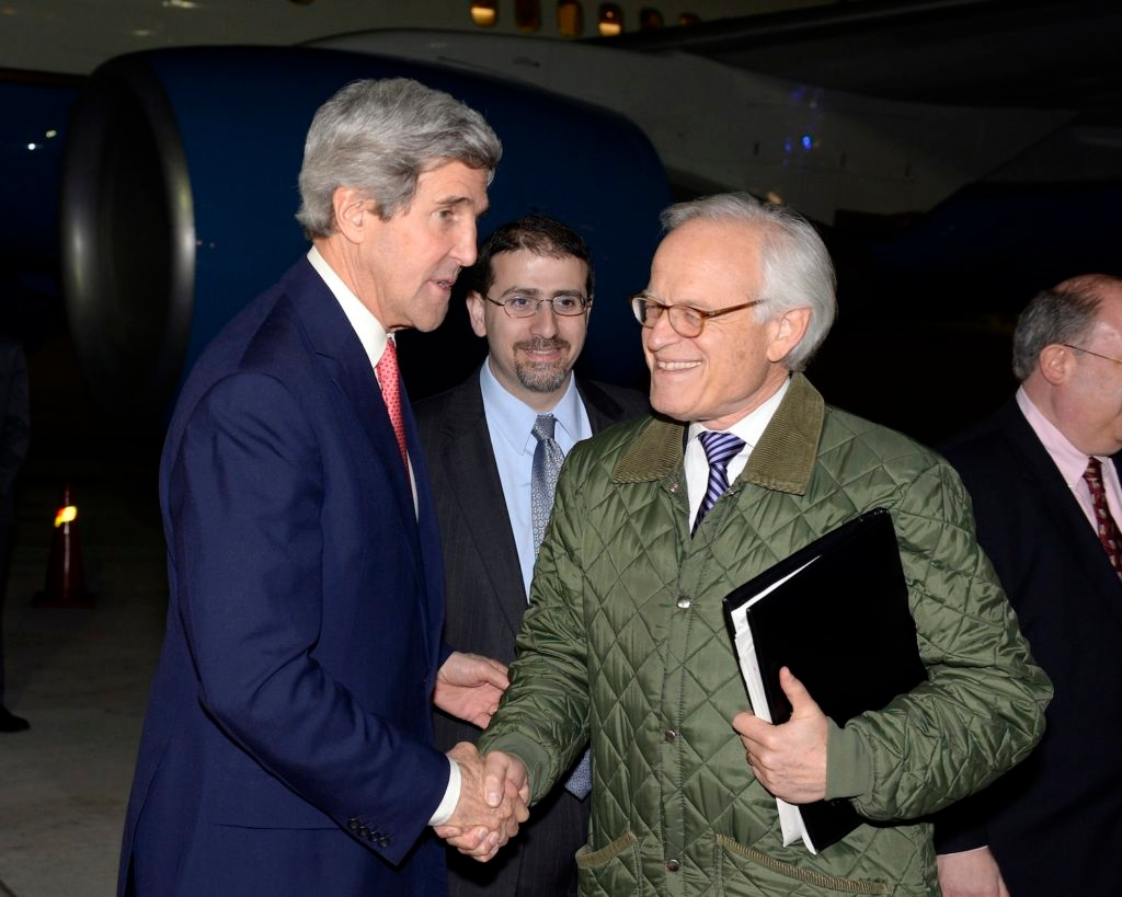 Martin Indyk, the U.S. special envoy for Israeli-Palestinian negotiations, right, shakes hands with Secretary of State John Kerry at Israel's Ben Gurion International Airport on Jan. 5, 2014. (Matty Stern/US Embassy Tel Aviv/Flash90)