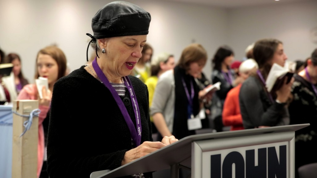 Ruth Lockshin of Toronto leads a partnership minyan at a conference in New York of the Jewish Orthodox Feminist Alliance, December 2013. (Mike Kelly)