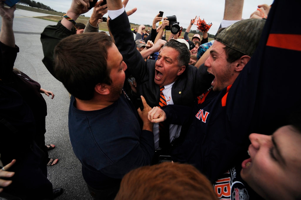 New Auburn basketball coach Bruce Pearl engulfed by adoring fans upon arriving at the Auburn University Regional Airport on his 54th birthday, March 18, 2014. (Courtesy Auburn University/Zach Bland)