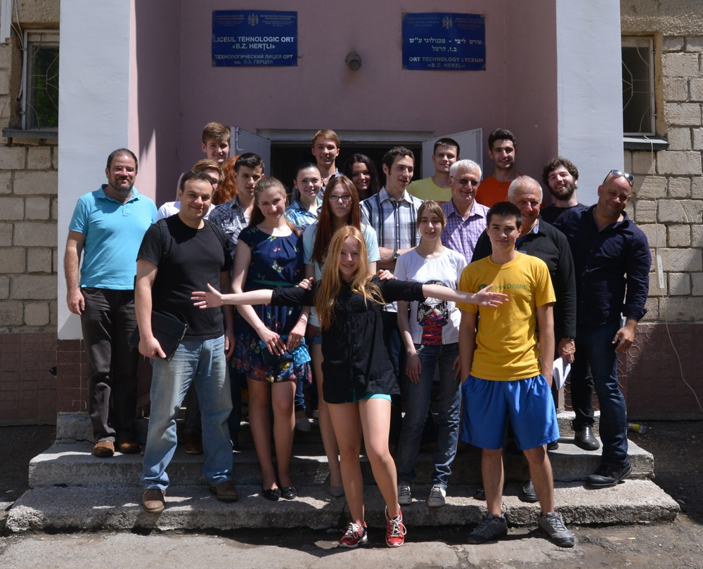 Students of the ORT Herzl Jewish school in Chisinau with participants of Limmud Moldova on May 24, 2014. (Cnaan Liphshiz)