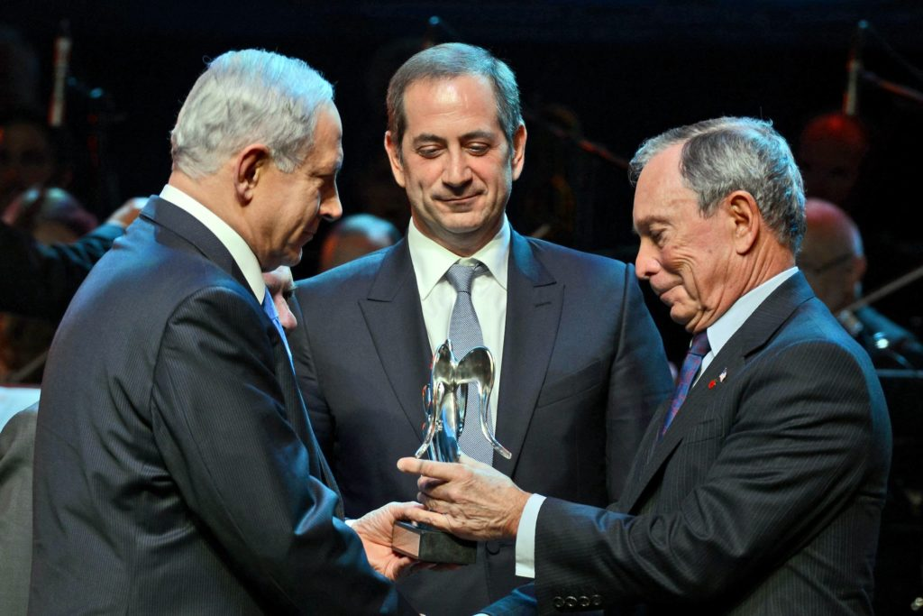 Michael Bloomberg, right, receiving the Genesis Prize from Israeli Prime Minister Benjamin Netanyahu as Genesis Prize Chairman Stan Polovets looks on, May 22, 2014. (Haim Zach/GPO/Flash 90)