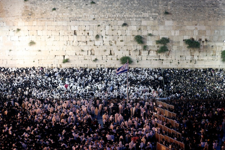 Thousands attend the blessing of the priests during the morning prayer on Shavuot, at the Western Walll in Jerusalem's Old City on May 15, 2013. (Sliman Khader/Flash 90)