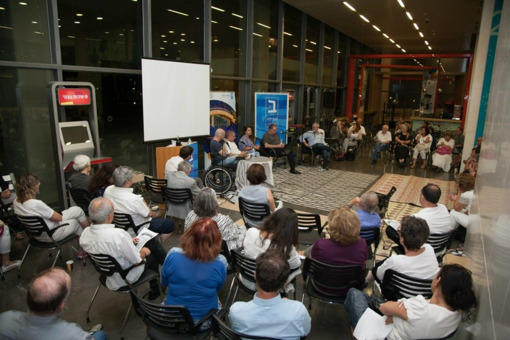 Film director Rani Blair speaks to a crowd at the Tel Aviv municipality's first Shavuot night learning program, hosted in conjunction with Beit Tefilah Israeli, a liberal Friday night prayer group. (Courtesy Tel Aviv Municipality)
