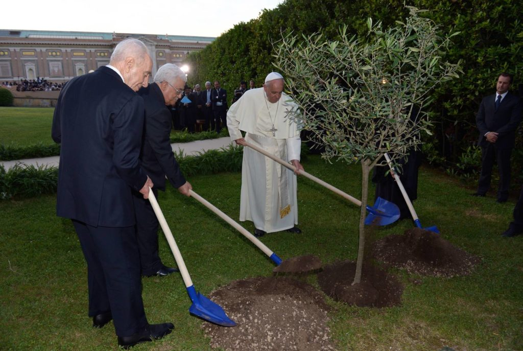 Palestinian leader Mahmoud Abbas, Israeli President Shimon Peres and Pope Francis plant a tree together at the Vatican Gardens during a joint peace prayer initiated and hosted by Pope Francis, in the Vatican, on June 8, 2014.  (Haim Zach/GPO/Flash90)