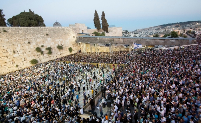 Thousands gather at the Western Wall in Jerusalem's Old City to pray for the release of three kidnapped Israeli teenagers, June 15, 2014. (Yonatan Sindel/Flash90)