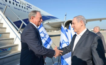 Former New York Mayor Michael Bloomberg, left, is greeted by Israeli Prime Minister Benjamin Netanyahu upon arriving at Ben Gurion International Airport near Tel Aviv on July 23, 2014, a day when many foreign carriers still had flight bans to Tel Aviv. (Haim Zach/GPO)