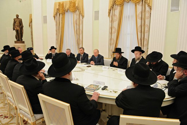 Russian President Vladimir Putin meets with rabbis from Israel and Europe in Moscow, July 9, 2014. (Russia Presidential Press and Information Office)