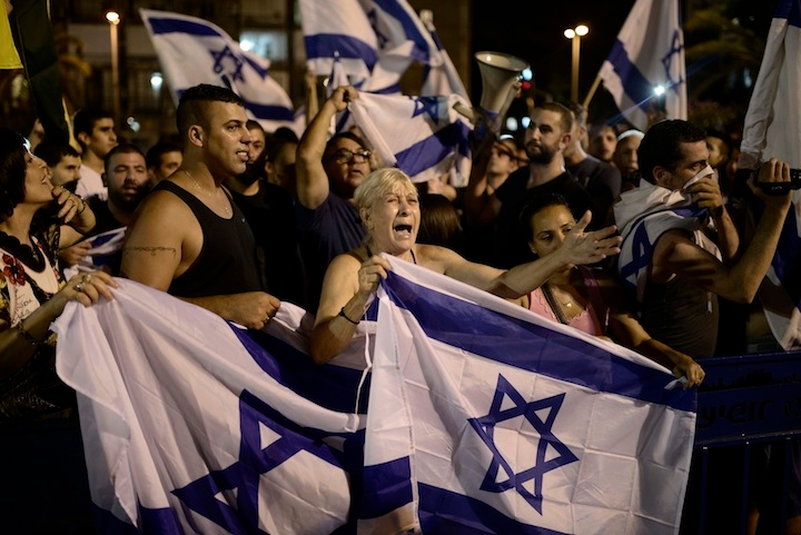 Right-wing Israelis demonstrating at Rabin Square in Tel Aviv in support of Israel's military offensive in the Gaza Strip, while left-wing Israelis rally nearby, July 26, 2014. (Tomer Neuberg/Flash 90)