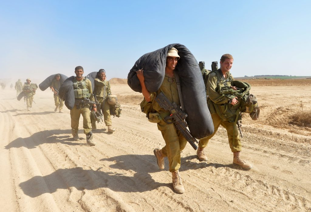 Israeli soldiers seen near the border between Israel and the Gaza Strip as they return from the Hamas-controlled Gaza Strip, Aug. 4, 2014. (FLASH90)
