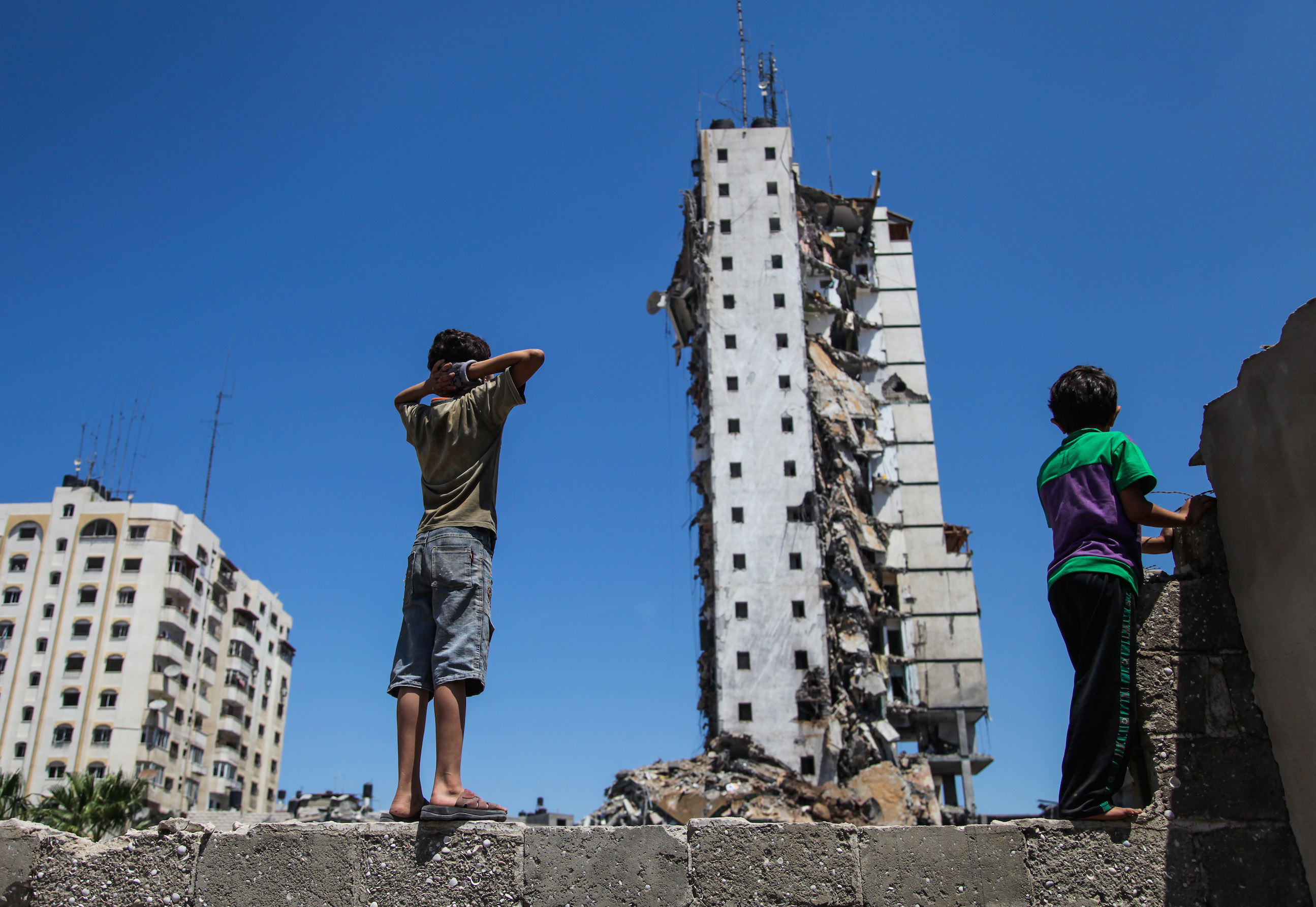 Palestinians viewing a building in Gaza City witnesses said was destroyed by an Israeli airstrike, Aug. 26, 2014. (Emad Nassar/Flash90)